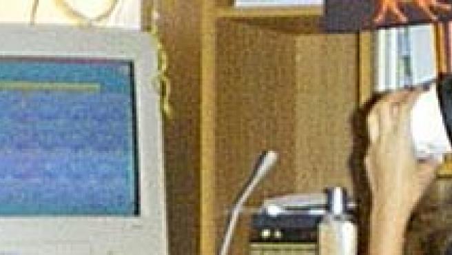 Una niña frente a su ordenador.