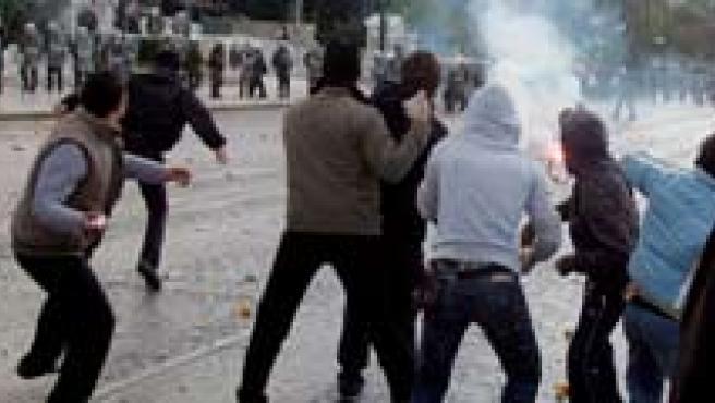 Los ataques podrían estar vinculados al aniversario de la muerte de un joven griego.