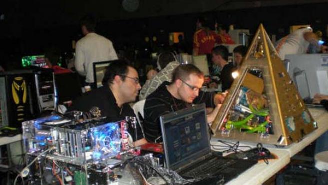 Dos de los participantes en la 'Party Valverde', con sus ordenadores.