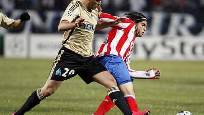 Banega disputa un balón con Ben Arfa, del Olympique de Marsella.