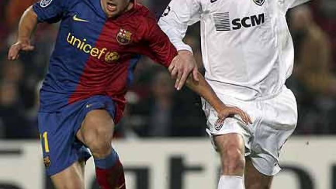 Bojan Krkic corre junto al jugador del Shakhtar Kucher en el Camp Nou.