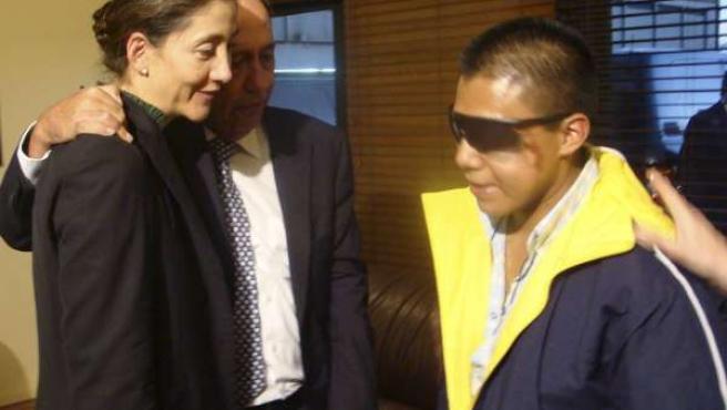Ingrid Betancourt asiste al momento en que 'Isaza' recibe su pasaporte.