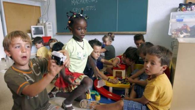 Un grupo de niños en su primer día de clase. (ARCHIVO)