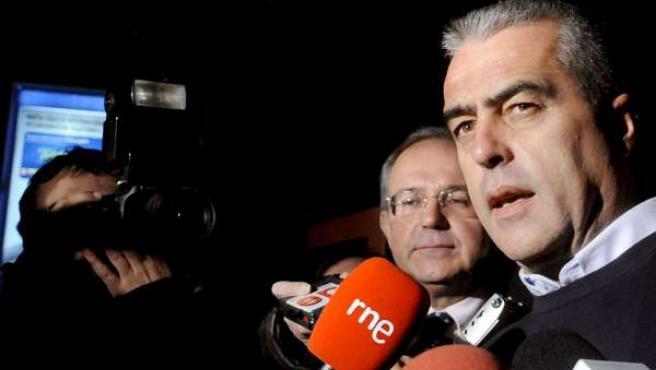 El ex alcalde de Estepona Antonio Barrientos atiende a los medios de comunicación tras salir de la cárcel de Alahurín de la Torre.