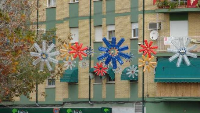 Imagen de algunos de los adornos reciclados de las calles de Peligros.