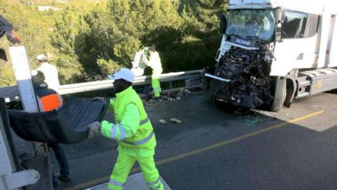 Un empleado de autopistas retira los restos de uno de los camiones accidentados en la AP-7. EFE/J.S