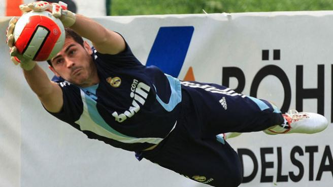 Casillas realiza una parada en un entrenamiento. (EFE)