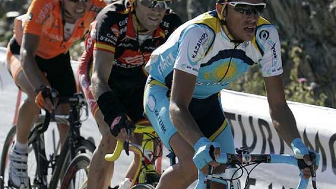 Alberto Contador, seguido de Alejandro Valverde e Igor Antón, en la Vuelta a España.