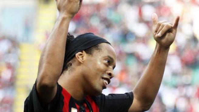 Ronaldinho sonríe tras marcar un gol. (EFE)
