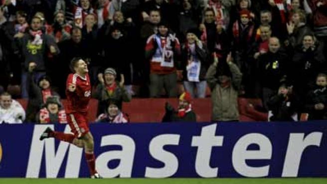 Steven Gerrard, centrocampista del Liverpool, celebra su gol momentos antes de ser alcanzado por un objeto lanzado por seguidores del Olympique de Marsella.