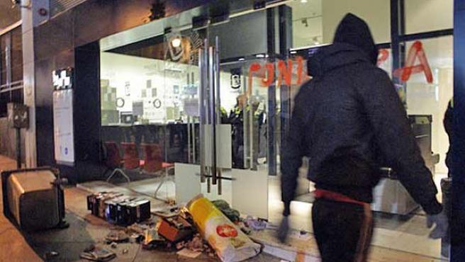 Un joven, junto a una de las dependencias policiales atacadas en Madrid.