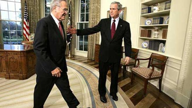 Donald Rumsfeld, con el presidente George W. Bush, en una imagen de archivo (EFE)