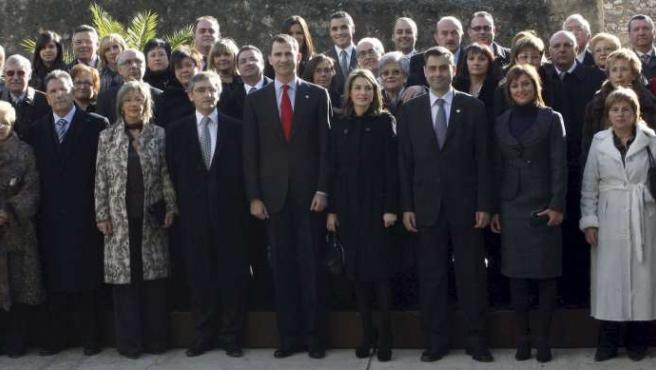 Los Príncipes de Asturias posan junto a los miembros de la Cámara de Comercio Industria y Navegación de Tortosa. EFE/ANDREU DALMAU
