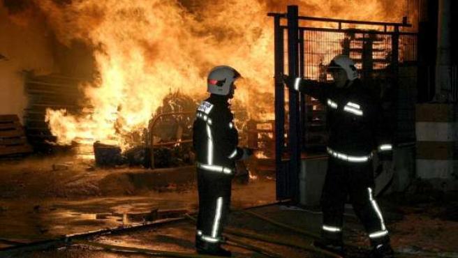 Los bomberos han tenido que emplearse a fondo para controlar el incendio, cuyas llamas alcanzaron los 10 metros de altura.