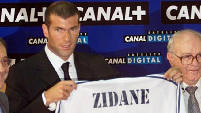 Florentino Pérez, con Zidane en el día de su presentación. (ARCHIVO)