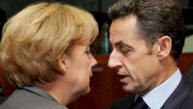 El presidente francés y presidente de turno de la Unión Europea, Nicolás Sarkozy, y la canciller alemana, Angela Merkel /EFE).