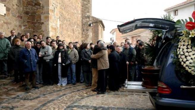 Más de mil personas han asistido al funeral por Mercedes Muñoz, la joven que apareció muerta en Horna. (EFE)