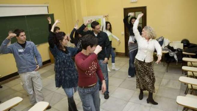 Algunos alumnos en las clases de sevillanas para personas sordas