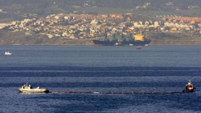 Manchas de combustible del buque 'Fedra', encallado en octubre en Algeciras. (ARCHIVO)