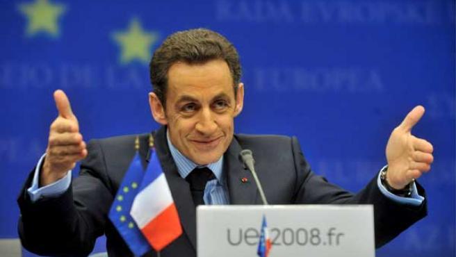 El presidente francés, Nicolás Sarkozy, ofrece una rueda de prensa al término de la cumbre de la UE celebrada en Bruselas. (EFE)
