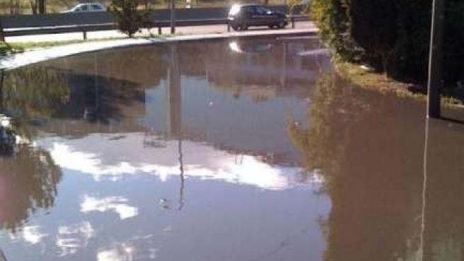 Charco de aguas fecales junto a la A-2 en Hortaleza. (IU)