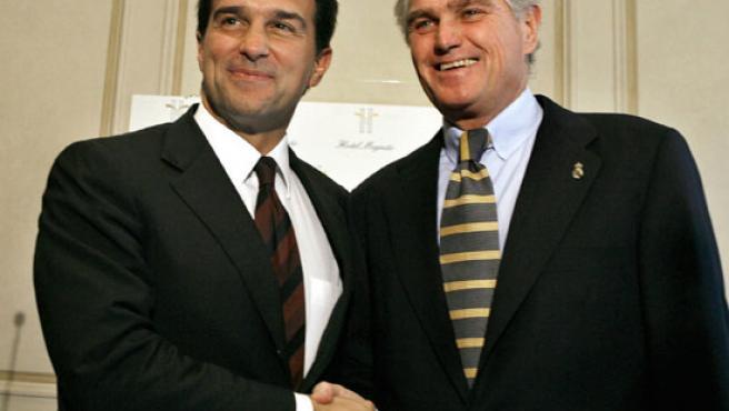 Calderón y Laporta se dan la mano antes de la comida. (Efe)