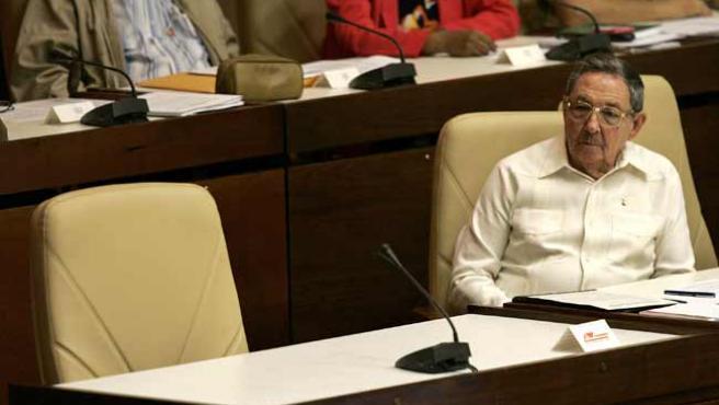 Raúl Castro, junto al sillón vacío de Fidel en la Asamblea Nacional. (RTRPIX)