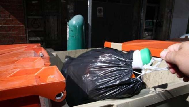 Un vecino tirando la basura.