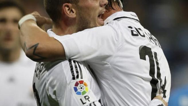 Sneijder celebra un gol con Guti, su compañero del Real Madrid.