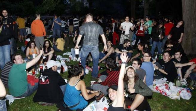 Los atracones de alcohol son frecuentes entre adolescentes.