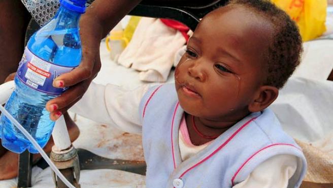 Un bebé recibe tratamiento para el cólera en un hospital de campaña. (EFE).