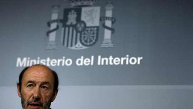 Rubalcaba, en la rueda de prensa en el Ministerio de Interior (EFE).