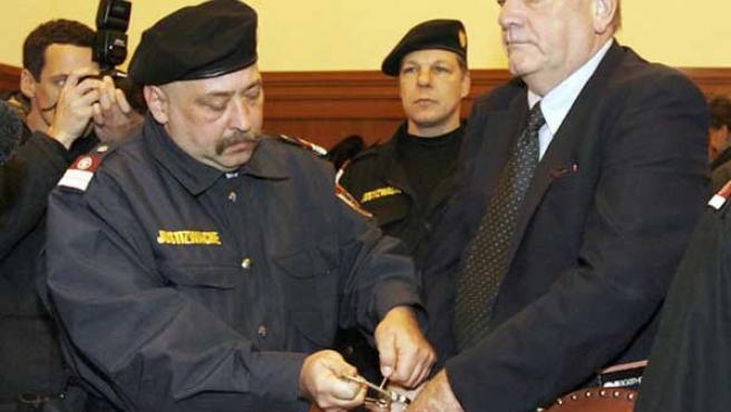 Foto de archivo del historiador David Irving (d) durante su llegada a un juzgado austriaco en 2006.