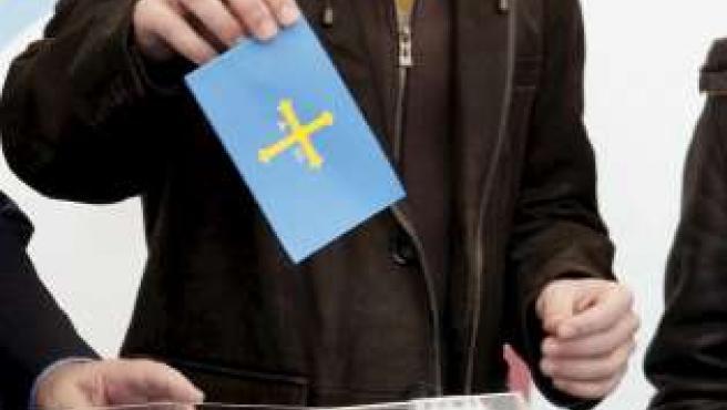 Alonso metió en la urna una reproducción de su monoplaza y una bandera de Asturias.