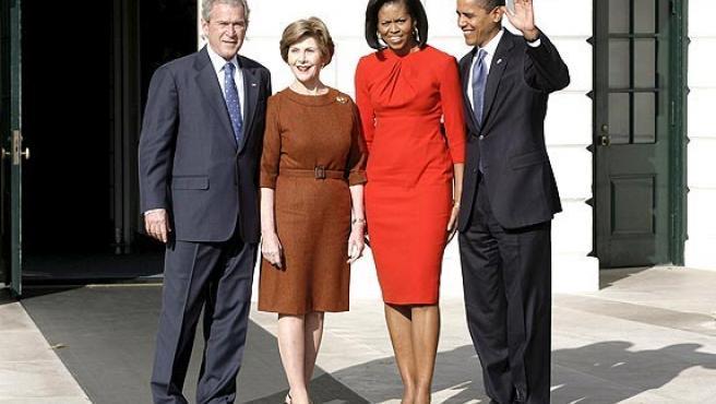 Los Obama, posando con George W. Bush y su esposa, el día en que conocieron la Casa Blanca. (EFE)