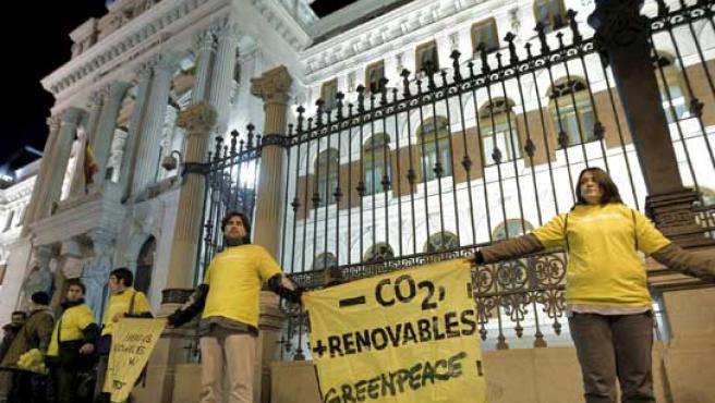 Cadena humana en Madrid, para pedir a los gobiernos reunidos en Poznan medidas efectivas para combatir el cambio climático.
