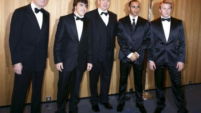 El príncipe Alberto de Mónaco (c) posa junto a Max Mosley, Fernando Alonso, Lewis Hamilton y Kimi Raikkonen (izq-dcha). (EFE)