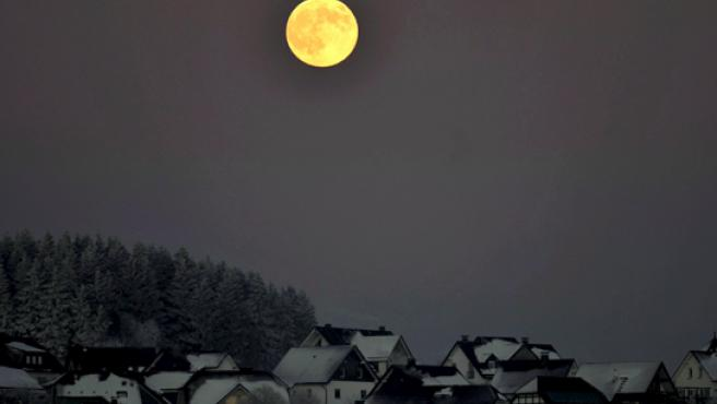 La Luna llena brillando el viernes sobre Winterberg, Alemania. (EFE)