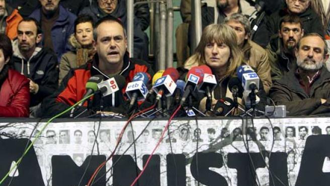 Los miembros de Gestoras Pro Amnistía Josean Agirre (2 izda) e Itziar Aizpurua (2 dcha), durante la rueda de prensa. (EFE)