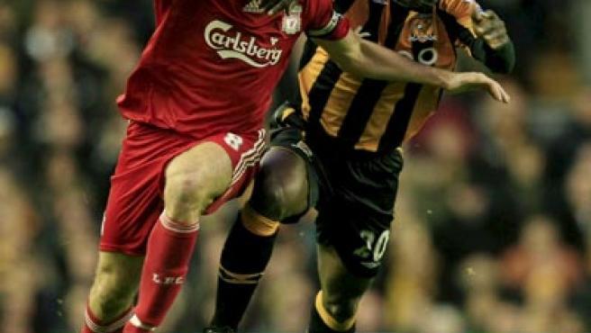 Steven Gerrard, centrocampista del Liverpool, y George Boetang, del Hull, luchando por un balón.