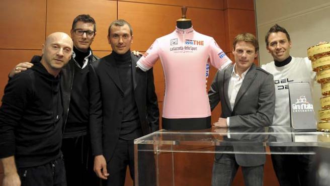 Gabbana y Dolce, Basso, Di Luca y Simoni junto al maillot de líder del Giro 2009. (REUTERS)