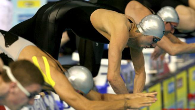 El nadador francés Amaury Leveau (tercero por la izq.) toma la salida en la final masculina de 100 me libre en el Campeonato de Europa de Natación en Piscina Corta.