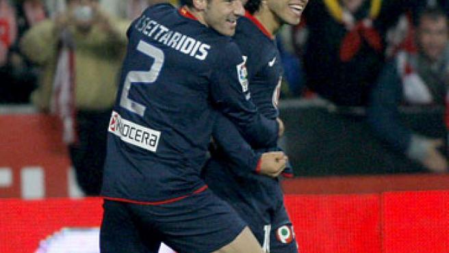 El delantero argentino del Atlético Kun Agüero (dcha), y su compañero, el defensa griego Giourkas Seitaridis, celebran un gol.