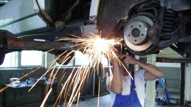 Un mecánico en un taller de coches.