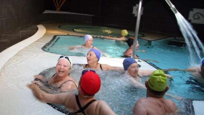 Un grupo de ancianos en un balneario. (ARCHIVO)