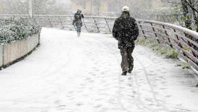 Aspecto del puente Condesa Eylo con la nevada.