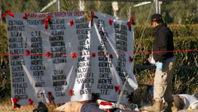 Cuerpos de cuatro personas donde se encontró una lista de policías amenzados(Esta imagen pueden herir la sensibilidad del lector).