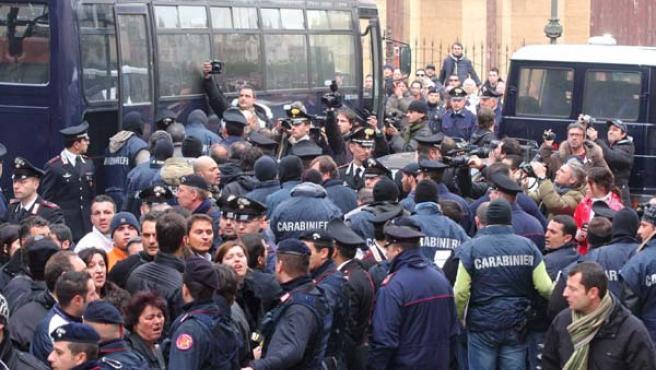 Carabineros italianos reúnen a los sospechosos de permanecer a la Cosa Nostra siciliana (EFE / Franco Lannino)