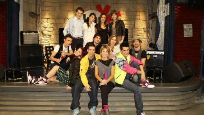 El elenco de '18' con Hugo y Mery en el centro. (ARCHIVO)