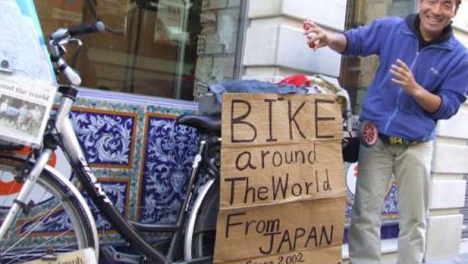 Reiichi Iwasaki, en la calle Sierpes donde hace sus trucos